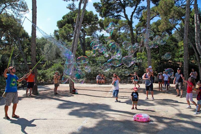 БАРСЕЛОНА, ИСПАНИЯ - 8-ОЕ ИЮЛЯ 2014: Эстрадный артист улицы выполняет стоковые изображения