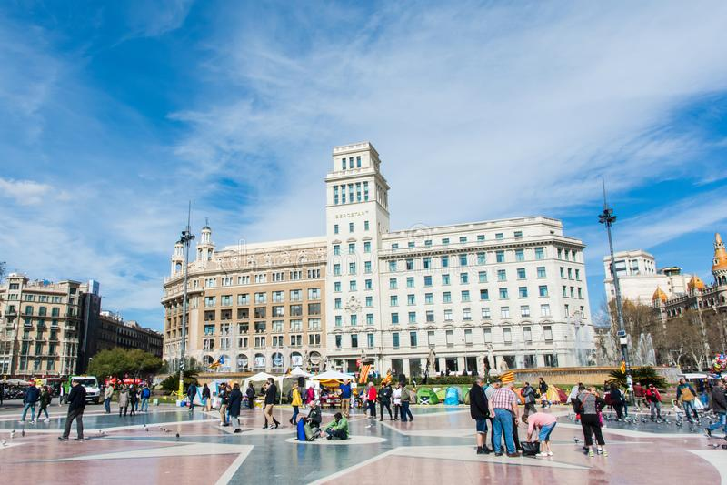 БАРСЕЛОНА, ИСПАНИЯ, 19-ОЕ МАРТА 2018 Голуби на квадрате в Barcel стоковые изображения rf