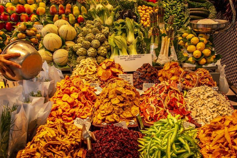 БАРСЕЛОНА, ИСПАНИЯ - 17-ое мая 2018: Известный рынок Boqueria Ла с стоковое фото