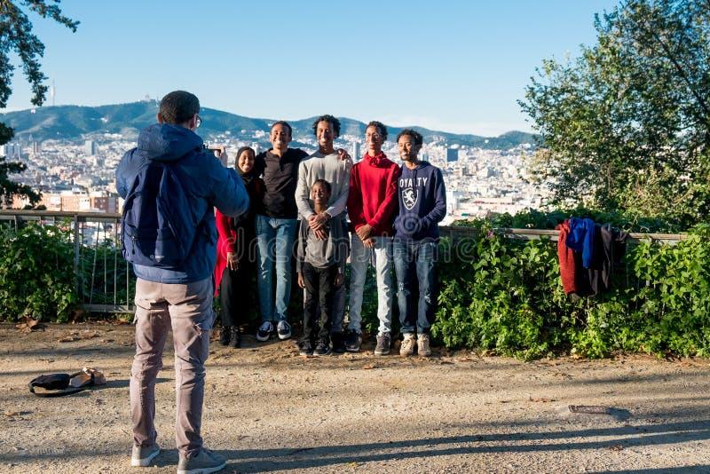 Барселона, Испания - 24-ое ноября 2018: группа в составе молодые усмехаясь Афро-американские друзья и представление семьи для изо стоковые фото