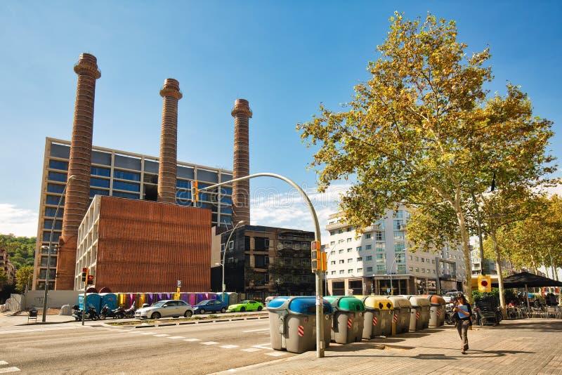 БАРСЕЛОНА, ИСПАНИЯ - 25-ое сентября 2018: Взгляд улицы бульвара Параллельн Avinguda del Paral·lel и 3 наводя стоковая фотография rf
