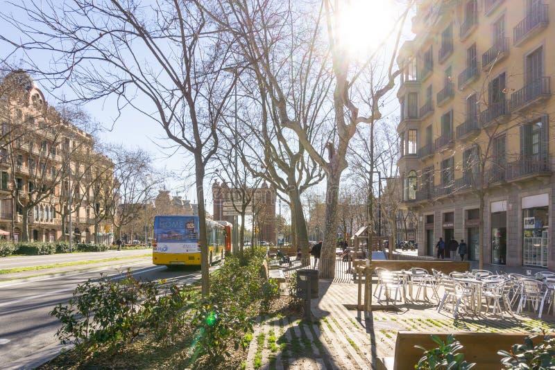 БАРСЕЛОНА ИСПАНИЯ - 9-ое февраля 2017: взгляд улицы старого городка в b стоковая фотография