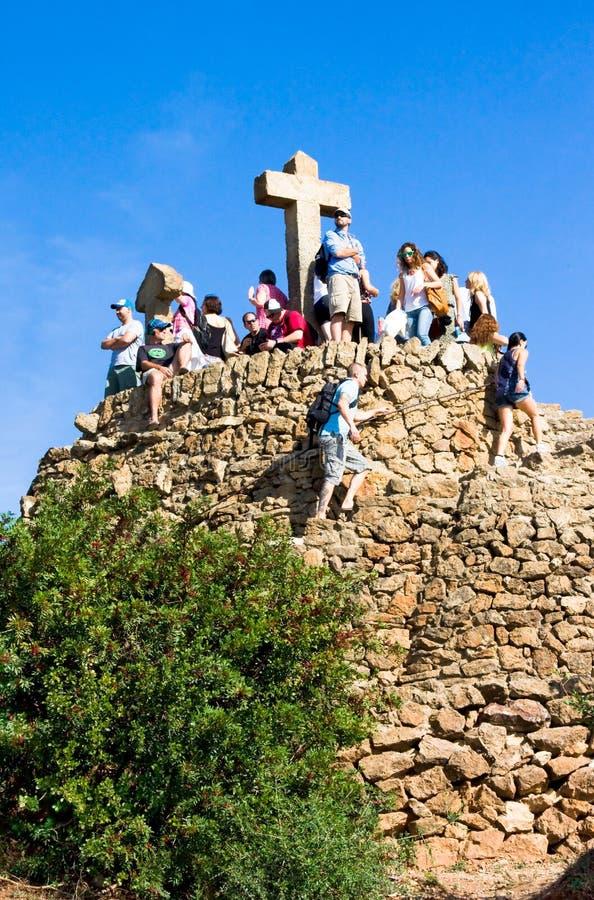 БАРСЕЛОНА, ИСПАНИЯ - ОКТЯБРЬ 19,2014: Туристы на холме Голгофы ormonumentto 3 крестов в парке Guell стоковые изображения rf