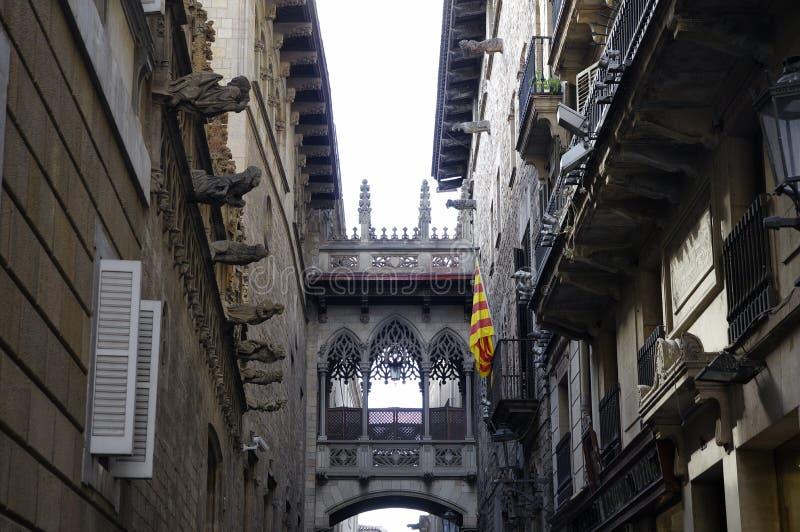 Барселона, Испания, средневековый мост в улице Carrer del Bisbe стоковые фотографии rf