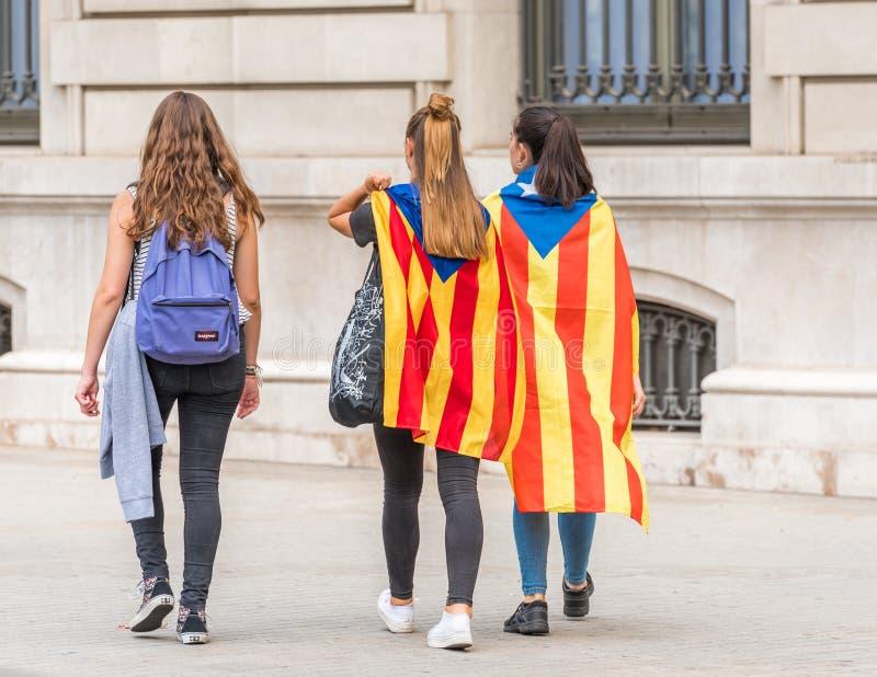 БАРСЕЛОНА, ИСПАНИЯ - 3-ЬЕ ОКТЯБРЯ 2017: Демонстранты нося своиственн каталонцам сигнализируют во время протестов для независимост стоковая фотография