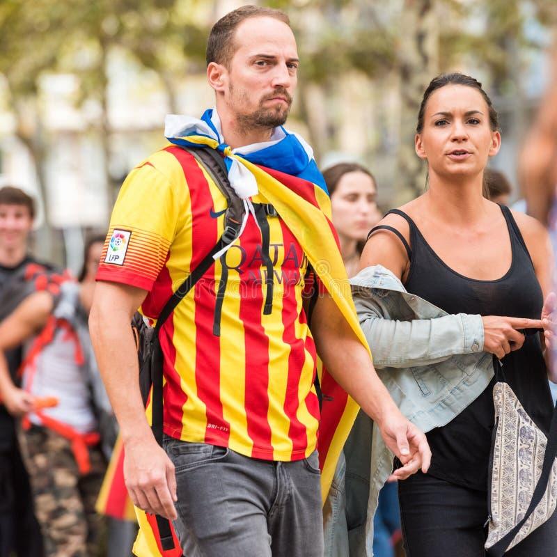 БАРСЕЛОНА, ИСПАНИЯ - 3-ЬЕ ОКТЯБРЯ 2017: Демонстрация людей для независимости Каталонии в центре города Барселоны Конец-вверх стоковое фото rf