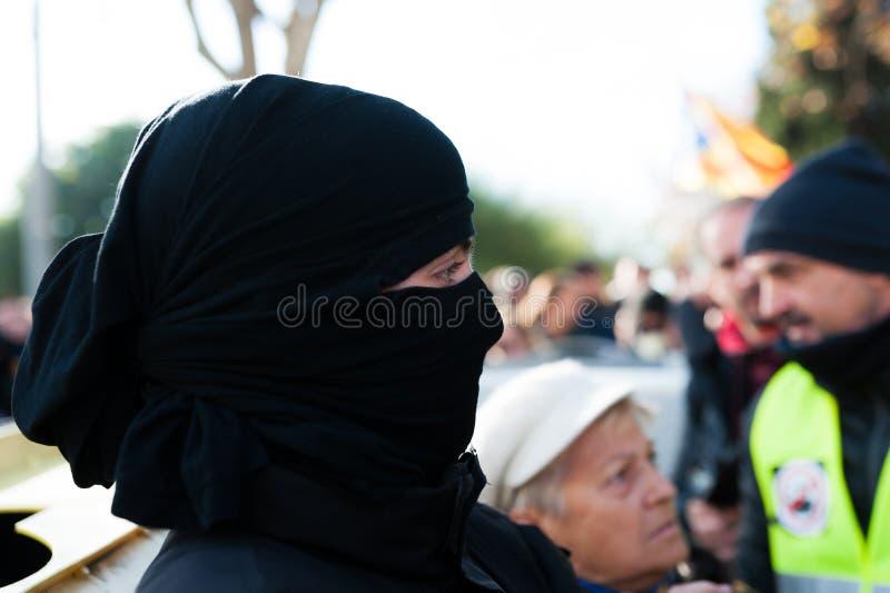 Барселона, Испания - 21 decemer 2018: близкий вверх молодых каталонских independists, вызвал Cdr, столкновение с полицией во врем стоковая фотография rf