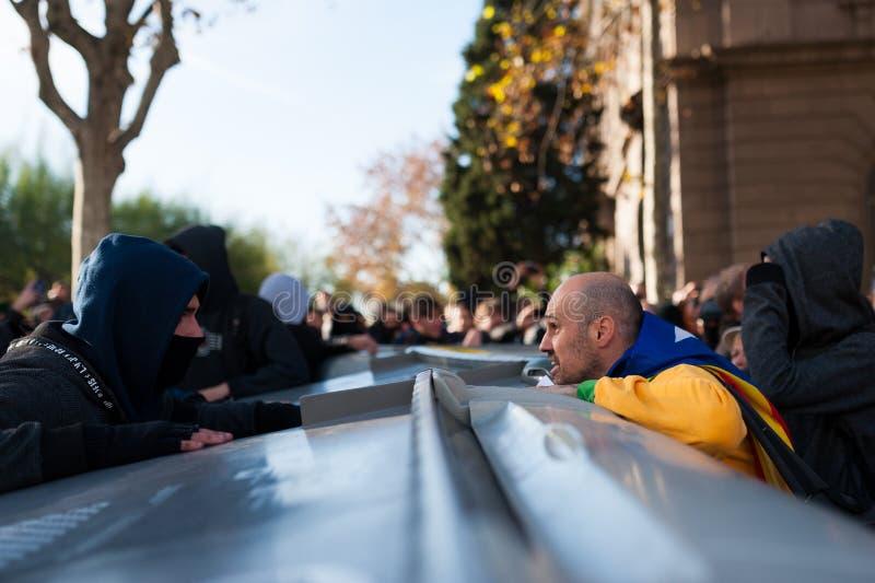 Барселона, Испания - 21 decemer 2018: молодые каталонские independists, вызвали Cdr, столкновение с полицией во время встречи каб стоковое фото