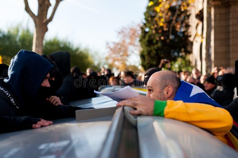 Барселона, Испания - 21 decemer 2018: молодые каталонские independists, вызвали Cdr, столкновение с полицией во время встречи каб стоковое фото rf