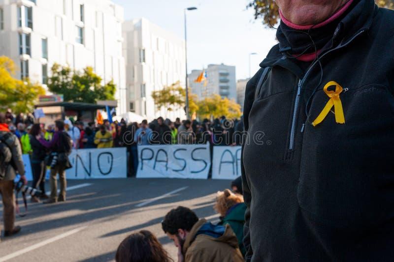 Барселона, Испания - 21 decemer 2018: молодые каталонские independists, вызвали Cdr, столкновение с полицией во время встречи каб стоковое изображение rf
