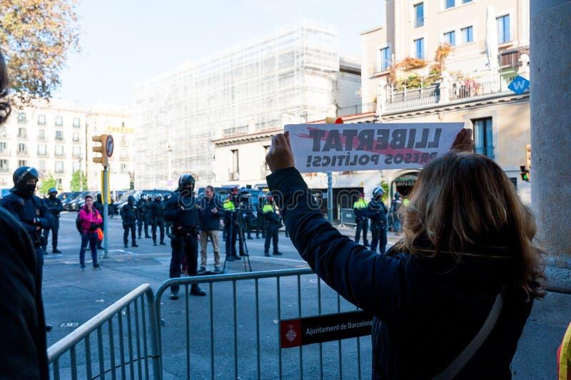 Барселона, Испания - 21 decemer 2018: молодые каталонские independists, вызвали Cdr, столкновение с полицией во время встречи каб стоковое изображение