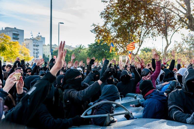 Барселона, Испания - 21 decemer 2018: молодые каталонские independists, вызвали Cdr, столкновение с полицией во время встречи каб стоковая фотография