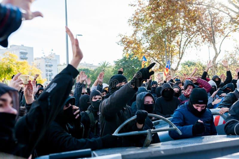 Барселона, Испания - 21 decemer 2018: молодые каталонские independists, вызвали Cdr, столкновение с полицией во время встречи каб стоковые фотографии rf