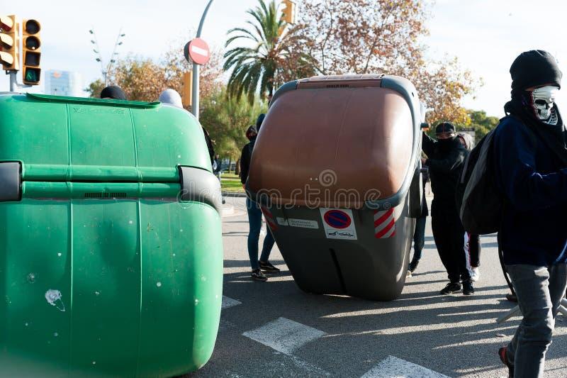 Барселона, Испания - 21 decemer 2018: молодые каталонские independists, вызвали Cdr, столкновение с полицией во время встречи каб стоковые изображения rf