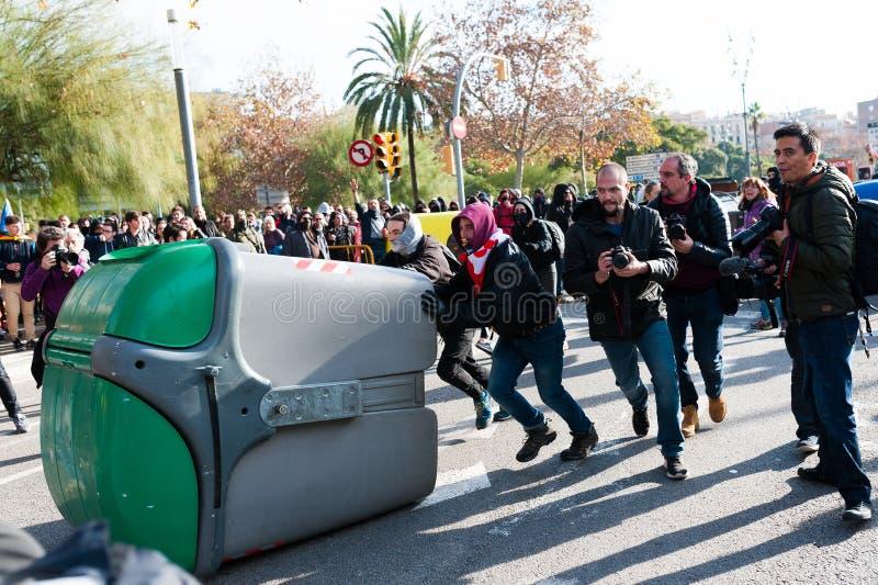 Барселона, Испания - 21 decemer 2018: молодые каталонские independists, вызвали Cdr, столкновение с полицией во время встречи каб стоковые фото