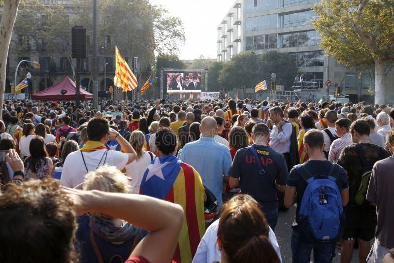 Барселона, Каталония, Испания, 27-ое октября 2017: люди празднуют голосование для того чтобы объявить независимость Catalunya око стоковое фото rf