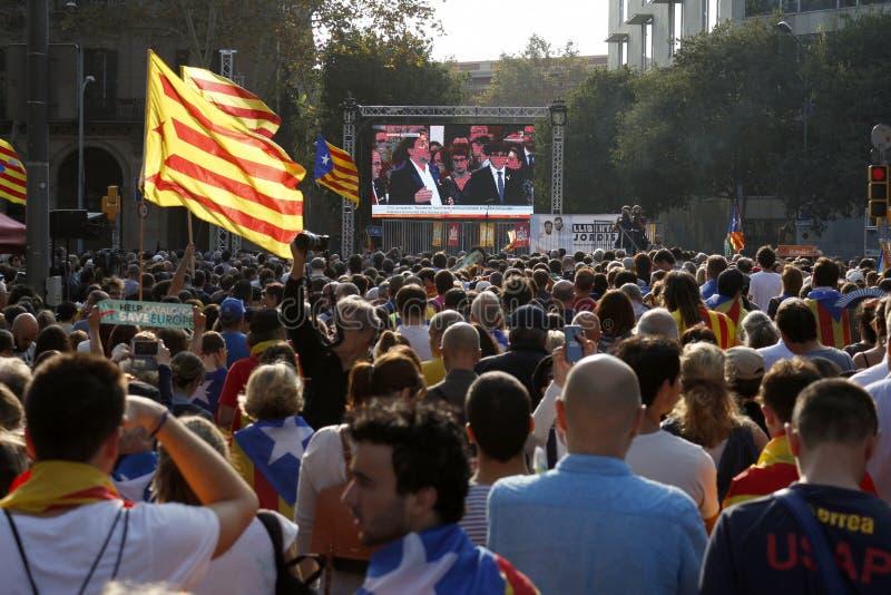 Барселона, Каталония, Испания, 27-ое октября 2017: люди празднуют голосование для того чтобы объявить независимость Catalunya око стоковые изображения