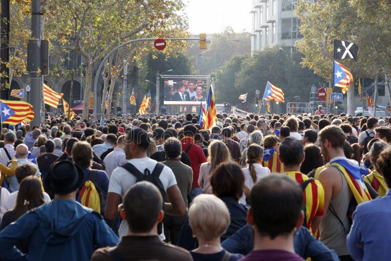 Барселона, Каталония, Испания, 27-ое октября 2017: люди празднуют голосование для того чтобы объявить независимость Catalunya око стоковые фотографии rf