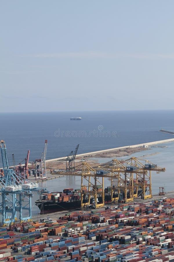 Барселонская промышленная гавань с гружеными контейнерами и грузовым судном стоковое изображение