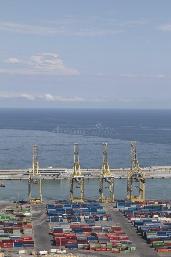 Барселонская промышленная гавань с кранами и контейнерами стоковые фотографии rf