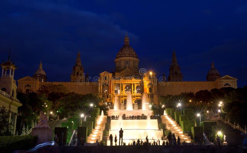 Барселона, Испания - музей изобразительных искусств и фонтан MNAC национальный в Площади de Espana стоковые фото