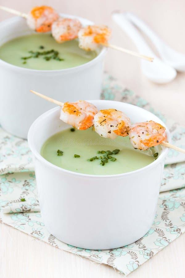 Бархатистый зеленый cream суп брокколи, горохов, шпината, креветки фрая стоковая фотография