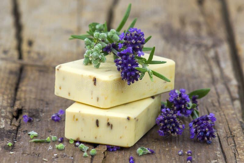 Бары естественных цветков мыла и лаванды стоковая фотография rf