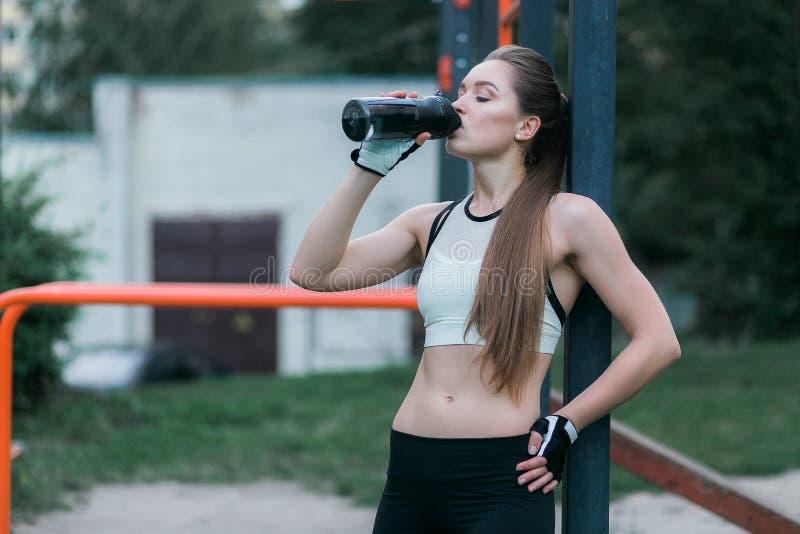 Бары спорта питьевой воды женщины фитнеса внешние близко стоковое изображение rf