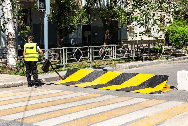 Барьер дороги с желтой и черной striped картиной предосторежения, конструкцией загородки дороги стоковое изображение