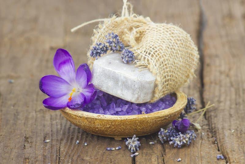 Бар естественного мыла, соли для принятия ванны, высушил лаванду и крокус стоковые фото