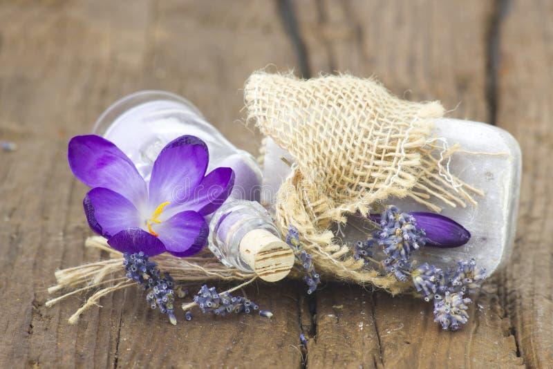 Бар естественного мыла, соли для принятия ванны, высушил лаванду и крокус стоковая фотография rf