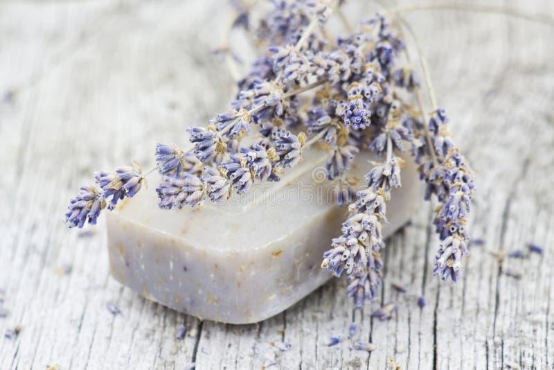 Бар естественного мыла с высушенной лавандой стоковые фото
