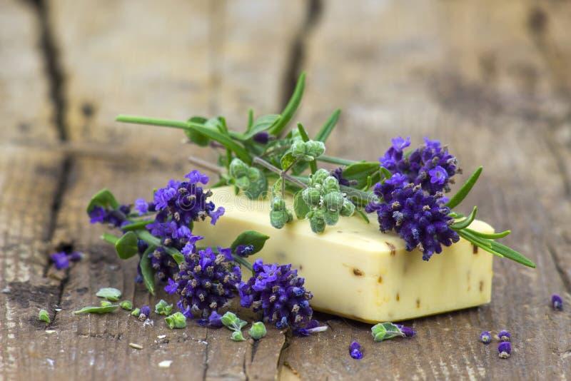 Бар естественных цветков мыла и лаванды стоковые фотографии rf