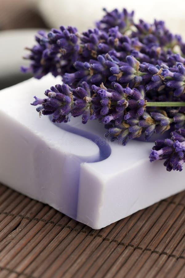 Бар естественных цветков мыла и лаванды стоковые изображения rf