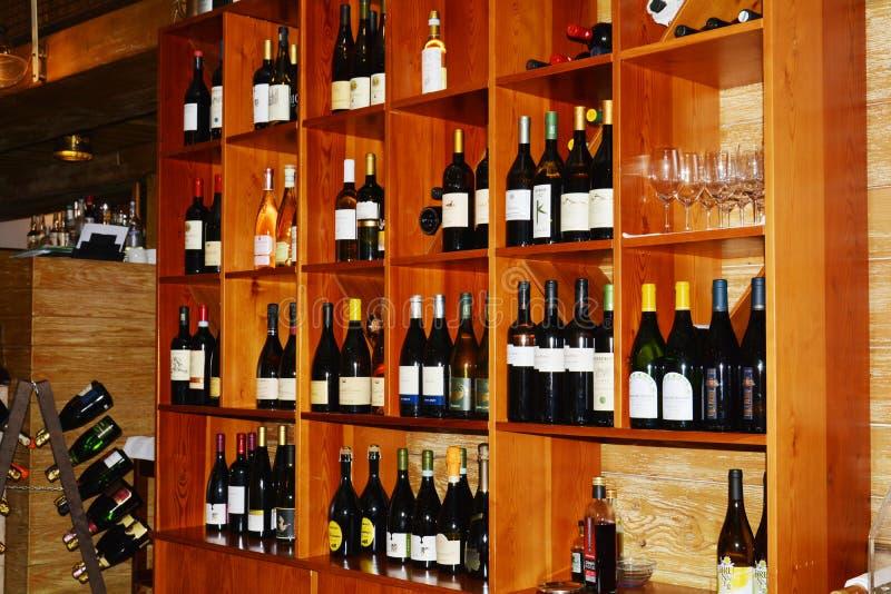 Бар и бутылки вин на полках стоковые изображения