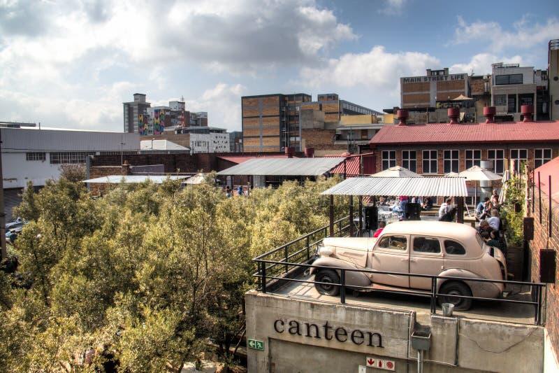 Бар крыши с старым автомобилем в искусствах на основе, Maboneng стоковые изображения rf