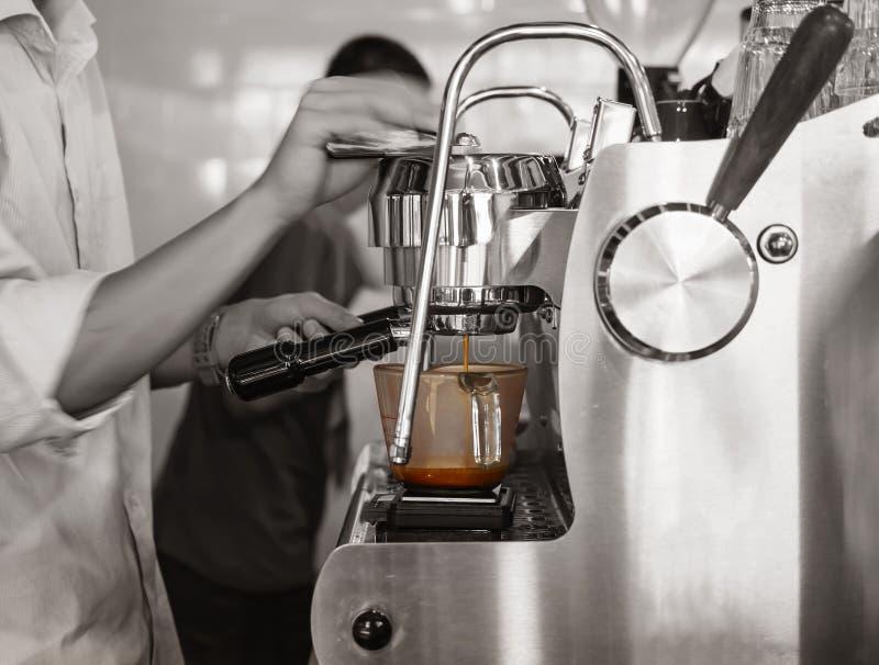 Бар-ресторан съемки эспрессо кофе заваривать Barista стоковые фотографии rf
