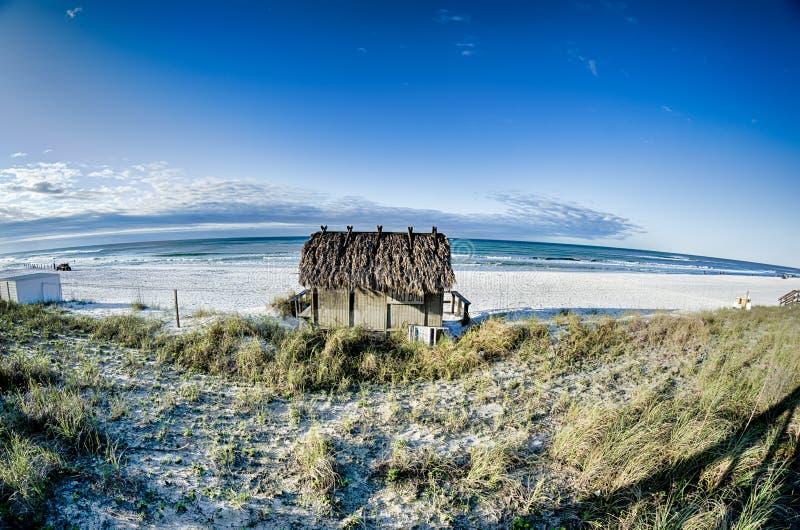 Бар хаты Tiki пляжа на океане стоковая фотография