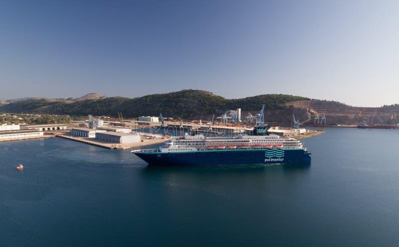 Бар, Черногория - 6-ое сентября 2018: Туристическое судно горизонта Pullmantur выходит порт стоковые изображения