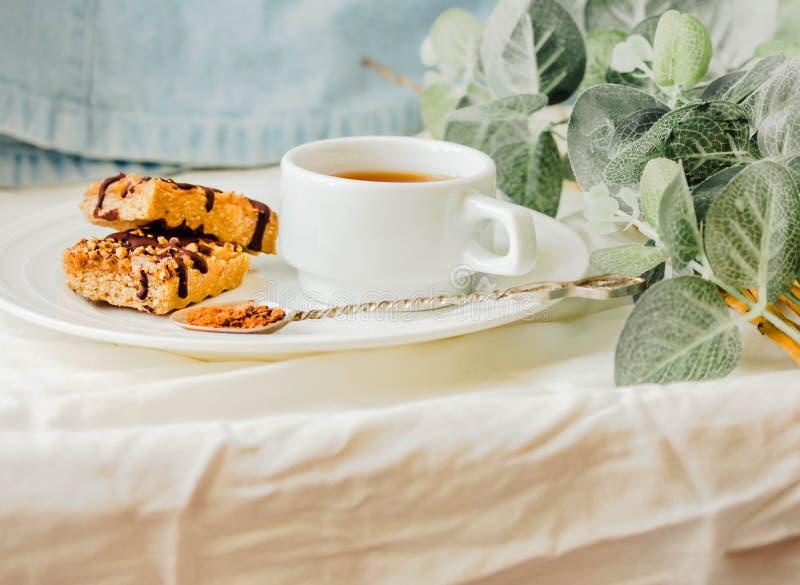 Бар Granola с карамелькой и шоколадом даты Здоровая сладостная закуска десерта Бар granola хлопьев с гайками, плодом и ягодами на стоковые изображения rf