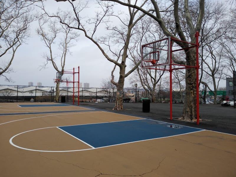 Баскетбольная площадка в Нью-Йорке, парке DeWitt Клинтон, NYC, NY, США стоковая фотография