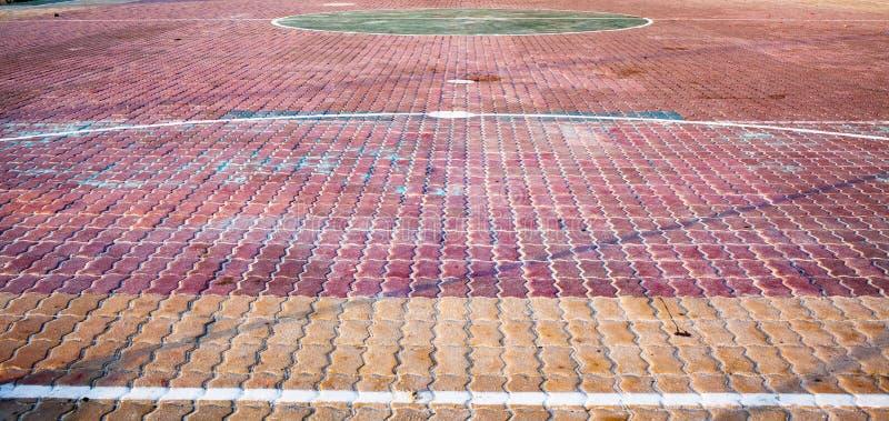 баскетбольный суд во школьном дворе стоковое фото