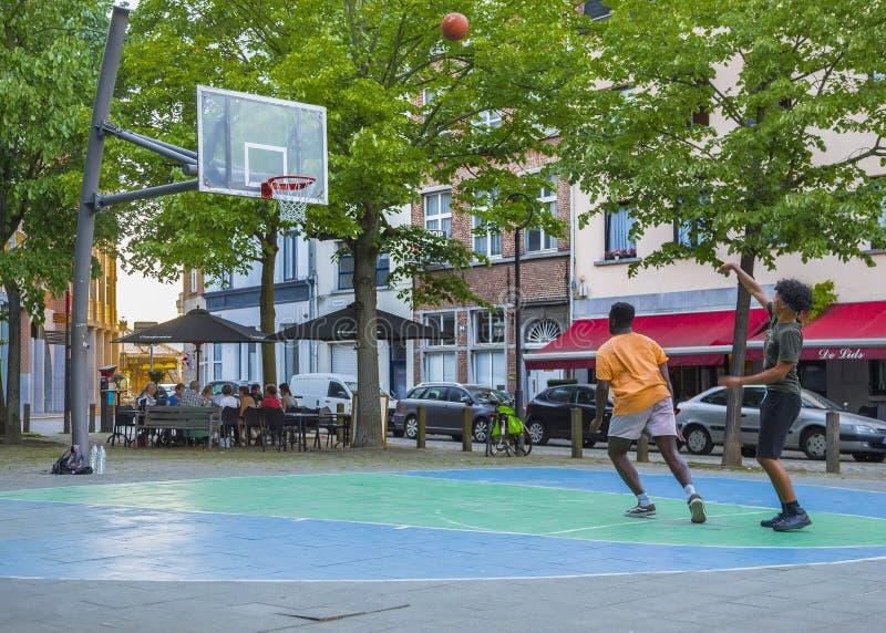 Баскетбол игры 2 молодых человеков стоковые изображения rf