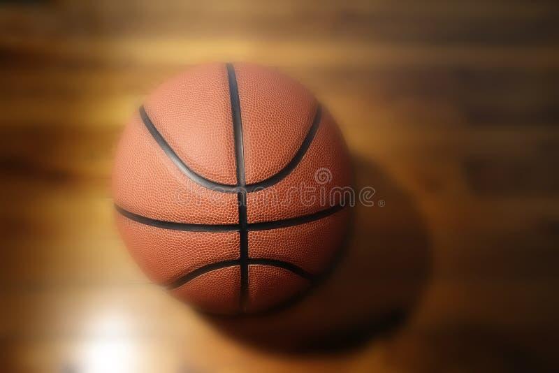 Баскетбол на твердой древесине стоковое изображение rf