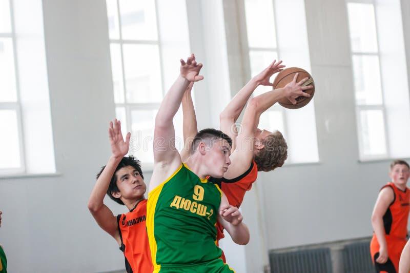 Баскетбол игры мальчиков, Оренбург, Россия стоковые фото