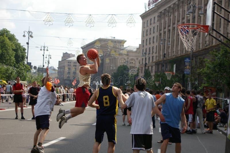 Баскетболисты улицы на игровой площадке баскетбола стоковое фото
