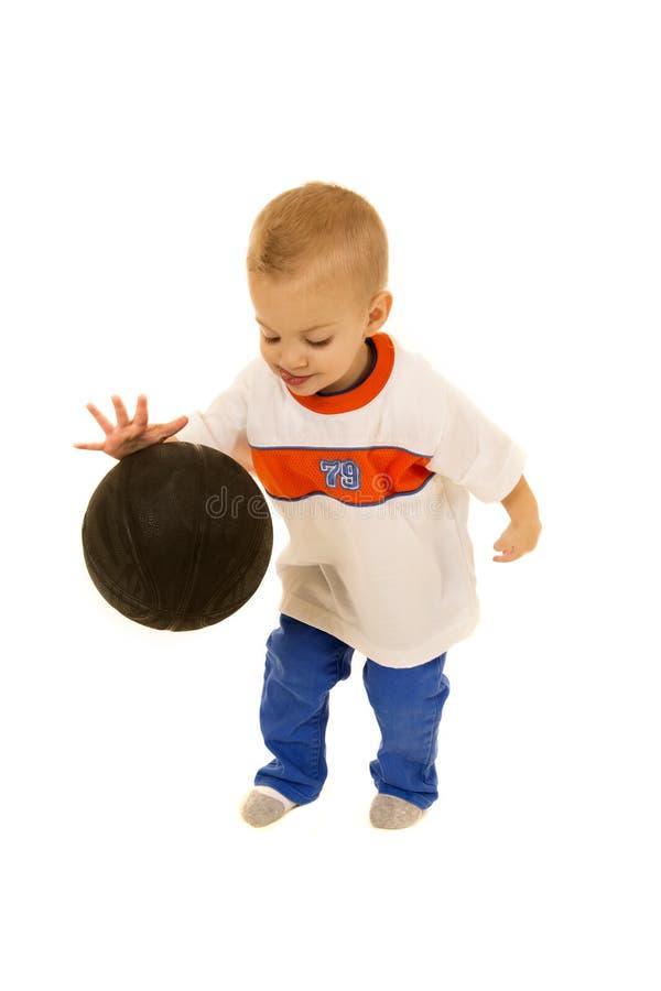 Баскетбол милого годовалого мальчика 2 отскакивая черный стоковое изображение