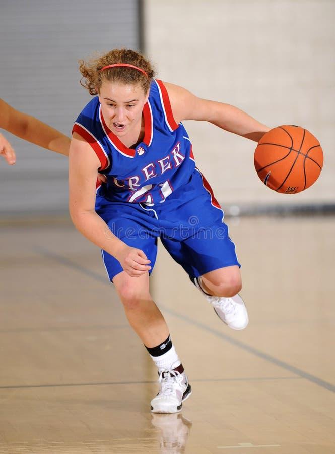 Баскетбольный матч девушек средней школы стоковые фото