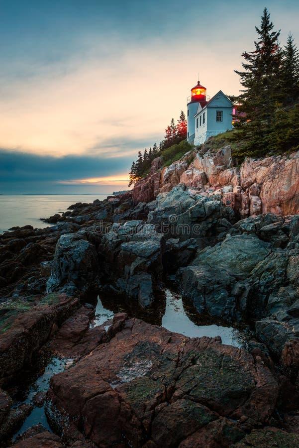 Басовый маяк головы гавани в национальном парке Acadia на заходе солнца стоковое изображение
