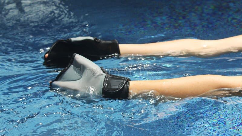 бассеин лапшей лож оборудования гантелей свободного полета aqua aerobics стоковые фото